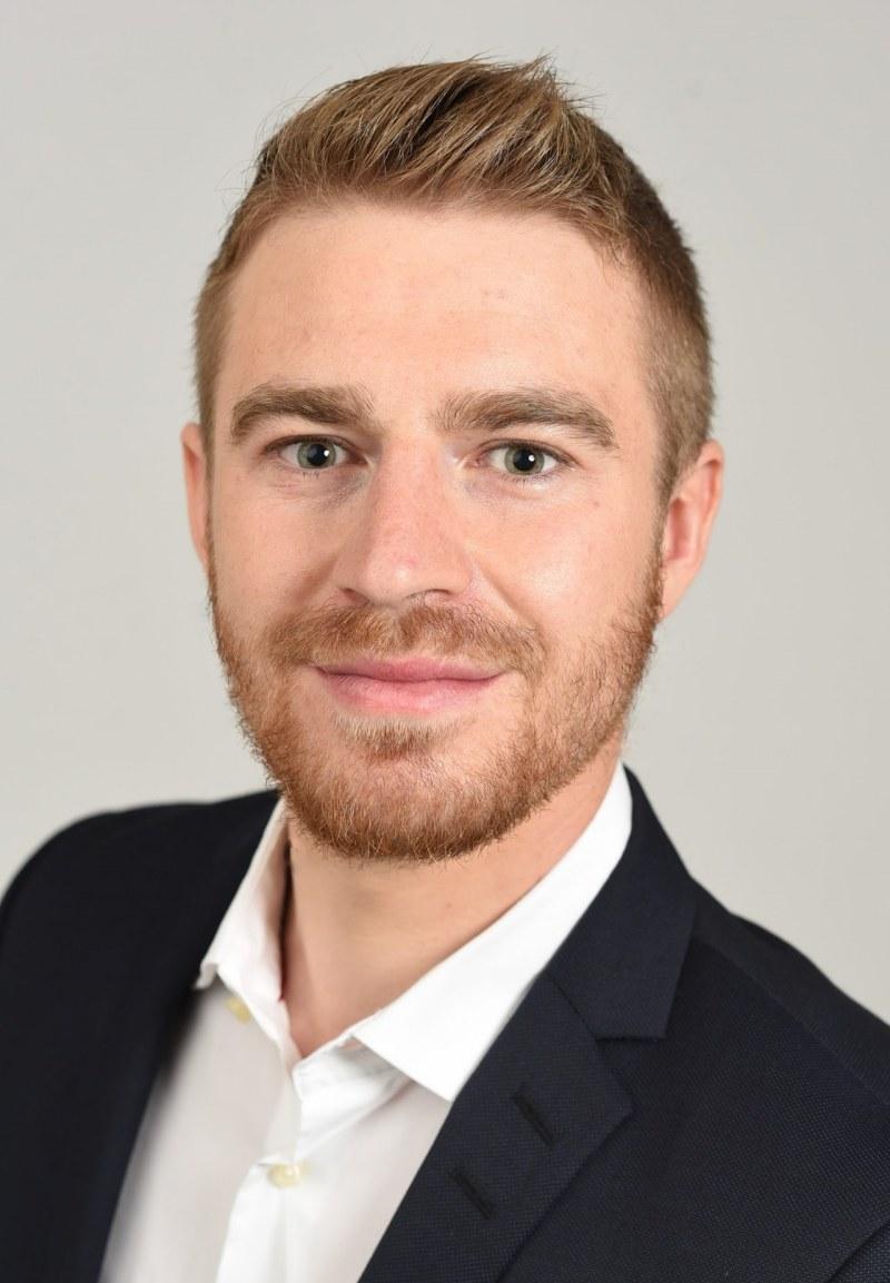 Alumnus Simon Mayer receives prestigious AQR Top Finance Graduate Award